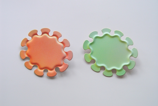 'Summerland' brooches 2003. bronze, acrylic paint, 7,5x6,5cm, � 165,-