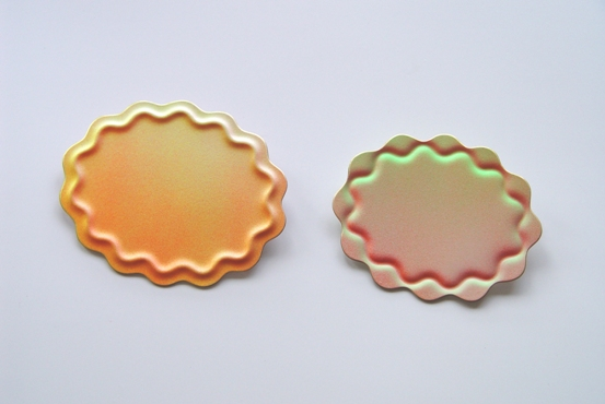'Summerland' brooches 2003. bronze, acrylic paint, 8,5x6,8cm and 7,5x6,2 cm, � 145,-